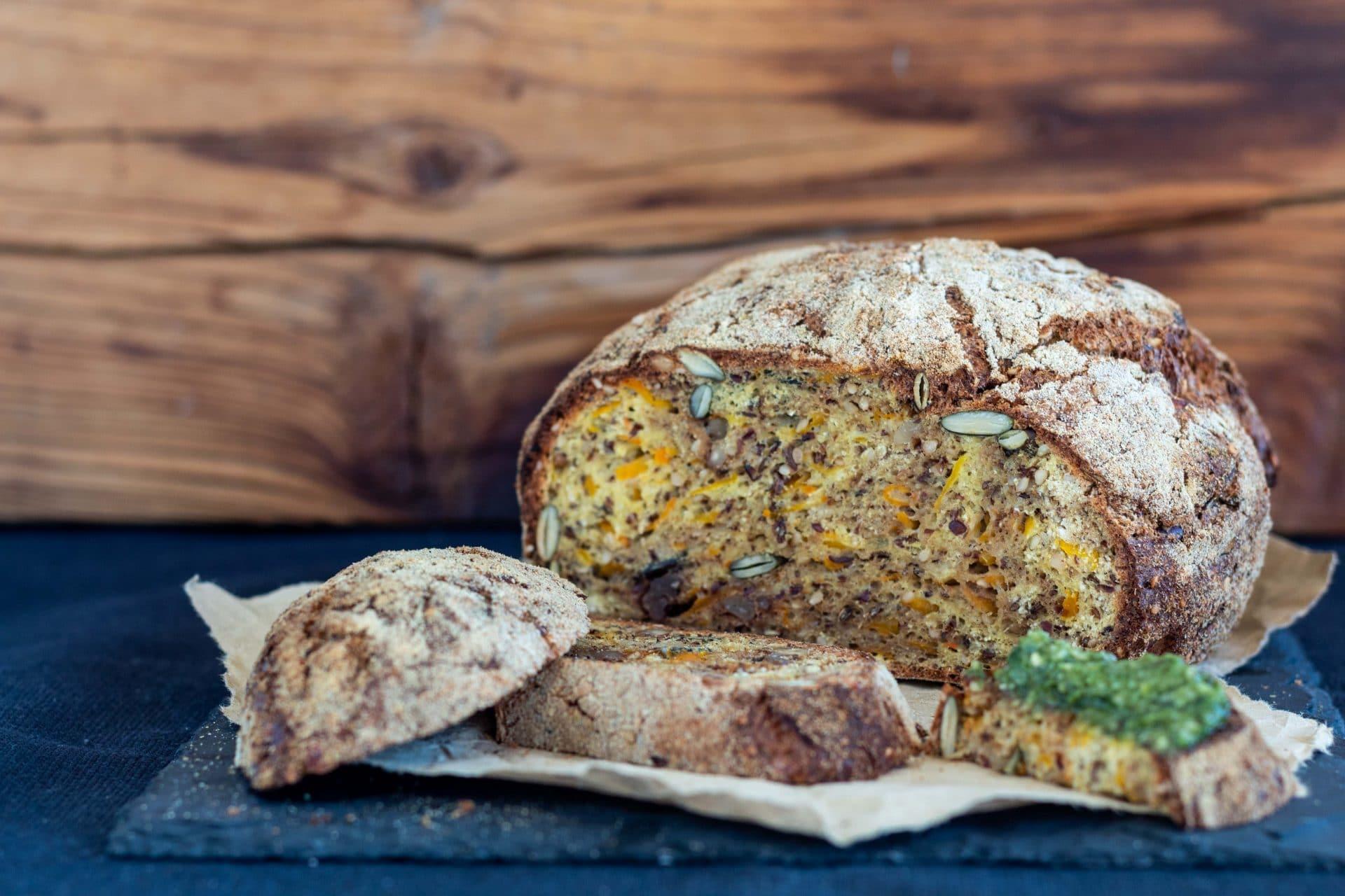 Pikantes low carb Kürbis Brot vom Pizzastein